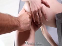 Tirando a virgindade anal da namoradinha