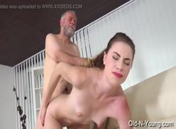 Video porno de incesto com avo comendo a netinha