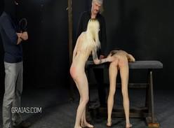 Garotas pedem pra conhecer o BDSM e são chicoteadas no corpo inteiro