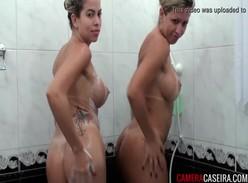 Pornozão com loiras gostosas de peito grande peladinhas no banho
