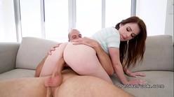 Video de putaria youporno com dotado fodendo ninfetinha branquinha