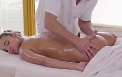 Massagem erótica relaxante ligam com novinha e sexo hardcore