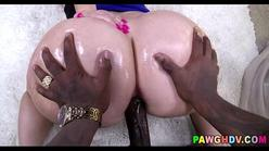 Negão pirocudo comendo a bunda grande da branquinha