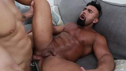 Porno gay moreno sarado e bombadão dando o bumbum