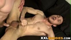Cena de sexo gay com magrinho gozando dando o cu