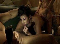 Mulher sem calcinha traindo e dando pra dois no motel